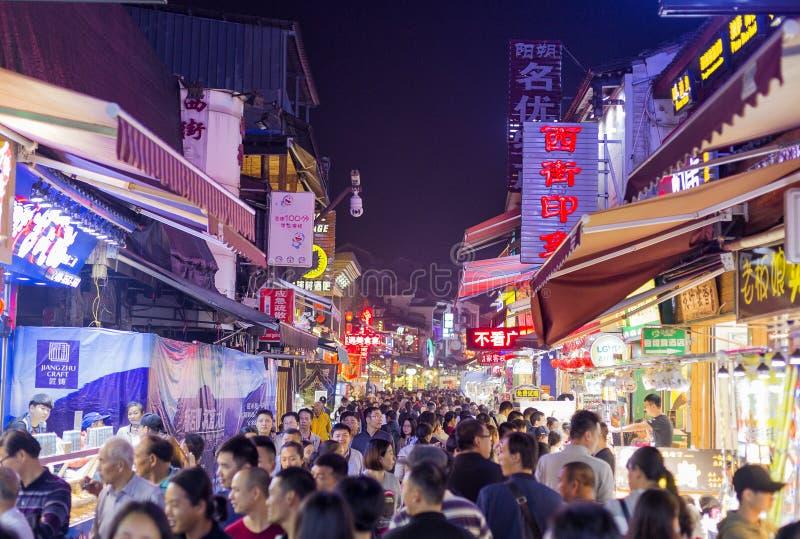 YANGSHOU CHINE - 9 NOVEMBRE, 20167 : La rue occidentale est un commer principal image libre de droits