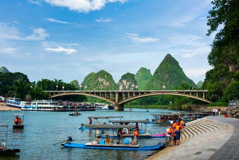 Yangshuo, China - Juli 27, 2018: De vlotten van het toeristenbamboe op Li-rivier in Yangshuo dichtbij Guilin in China stock fotografie