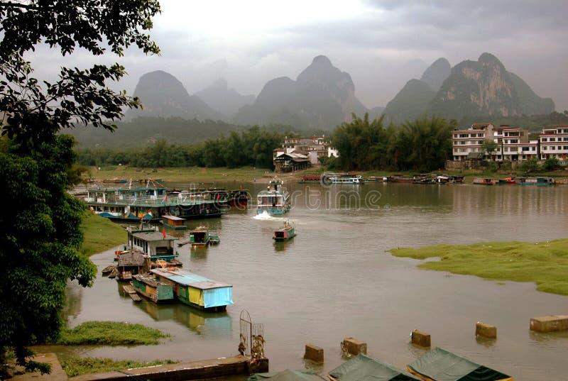 yangshuo för flod för berg för porslinkarstlijiang fotografering för bildbyråer