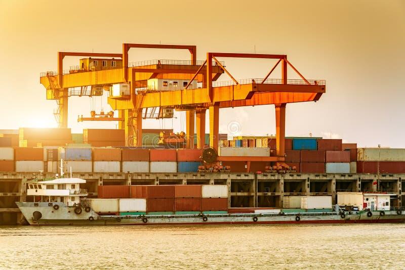 Κίνα και το φορτηγό πλοίο ποταμών Yangtze στοκ εικόνες