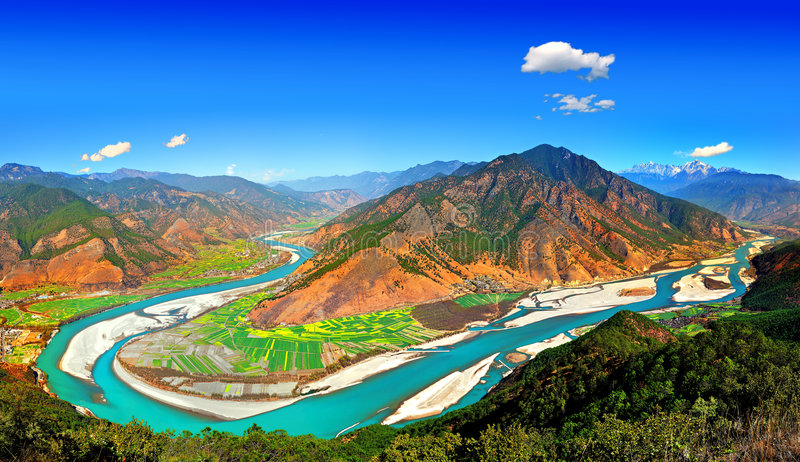 Yangtze River First Bay. The first is located in the Yangtze River Bay Chinese city of Lijiang in Yunnan Province town of Shek Kwu, Taotao river from the Qinghai