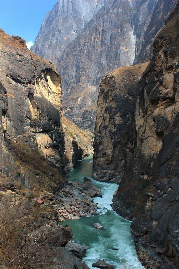 Yangtze River i mest begränsar delen av Tiger Leaping Gorge Yunnan Kina royaltyfri bild