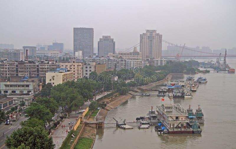 Yangtzerivier en dok in Wuhan stock fotografie