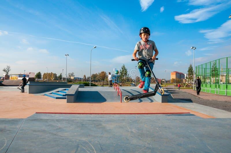 Yanino-1, Россия, 17-ое октября 2015: Раскрывая новое scatepark около Санкт-Петербурга стоковые фотографии rf