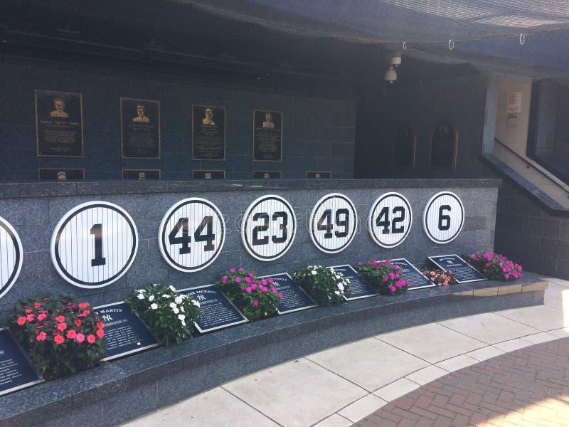 Yankee Stadium avgick numers som hedrar de förgångna basebollspelarna, New York royaltyfri bild