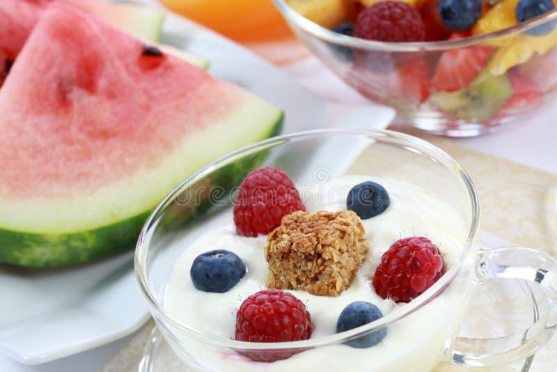 Yaourt avec des fruits images stock