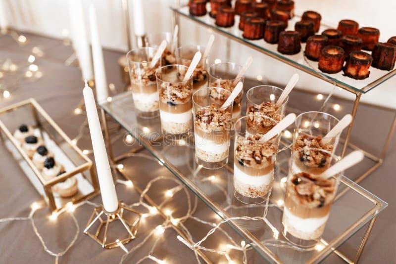 Yaourt avec le caramel et flocons doux sur le dessus image libre de droits
