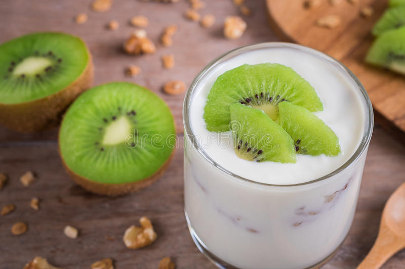 Yaourt avec le kiwi en verre photo stock