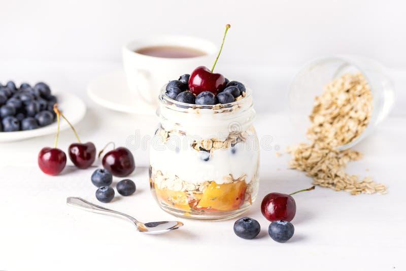 Yaourt avec les fruits de farine d'avoine et le fond en bois blanc de Berry Healthy Diet Breakfast Rustic horizontaux images libres de droits