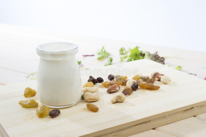 Yaourt blanc sain avec des fruits et des écrous photos stock