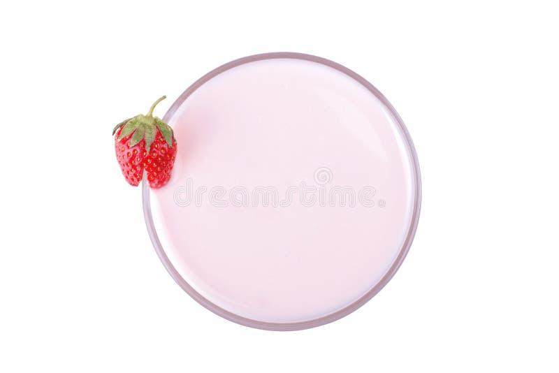 Yaourt de fraise avec des fraises sur le fond blanc d'isolement photo libre de droits