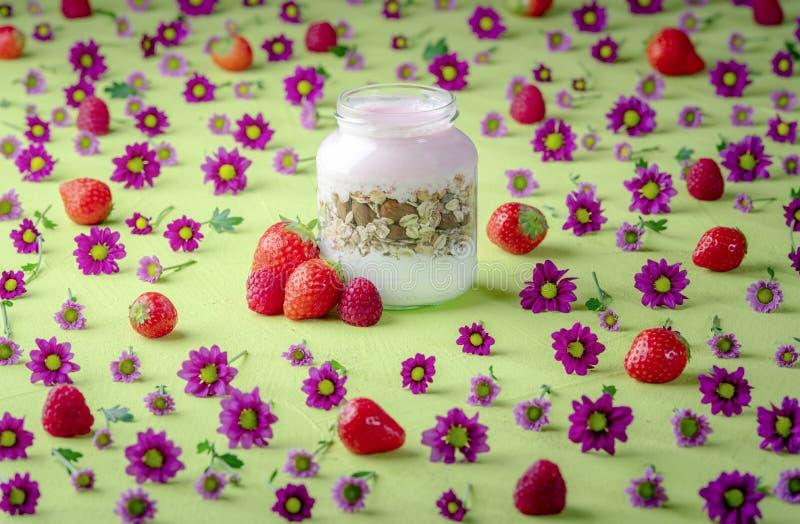 Yaourt de fraise avec la farine d'avoine et les amandes photo libre de droits