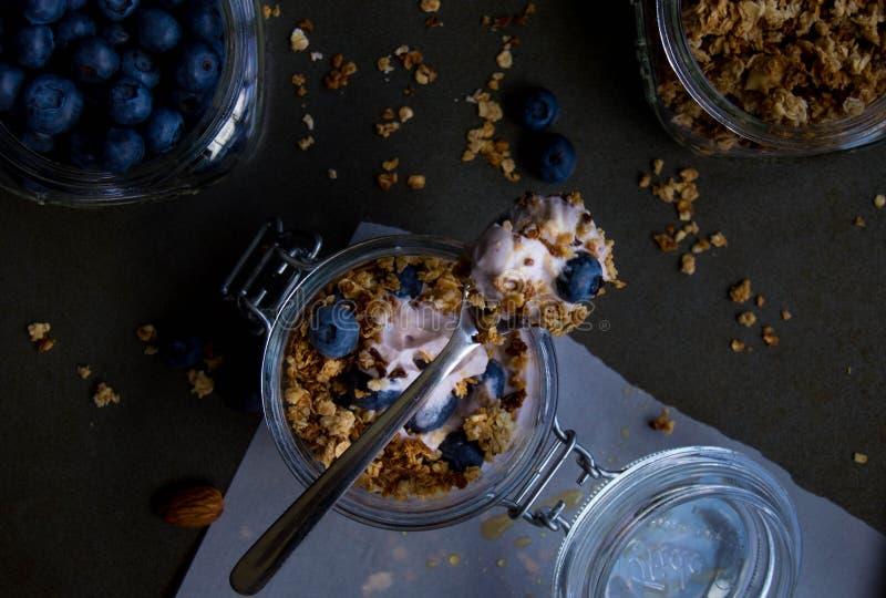 Yaourt de myrtille avec la granola photo stock