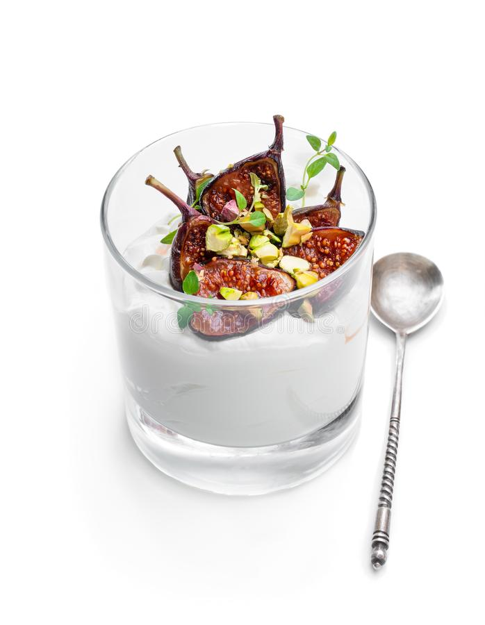 Yaourt fait maison avec les figues grillées et la pistache d'isolement sur le blanc image stock