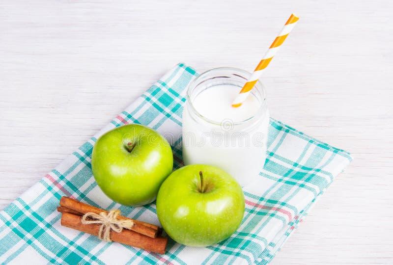 Yaourt fait maison frais avec les pommes et la cannelle Déjeuner végétarien image libre de droits