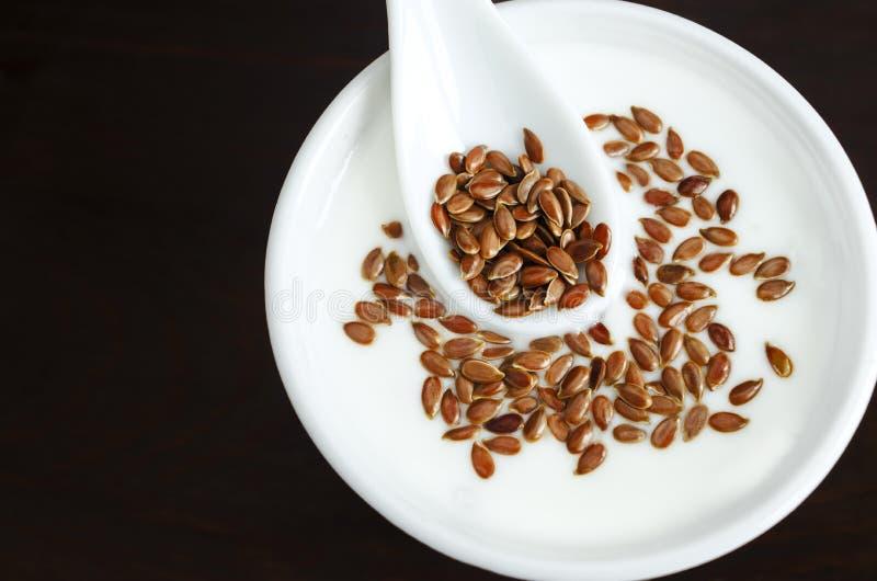Yaourt frais avec des graines de lin images stock