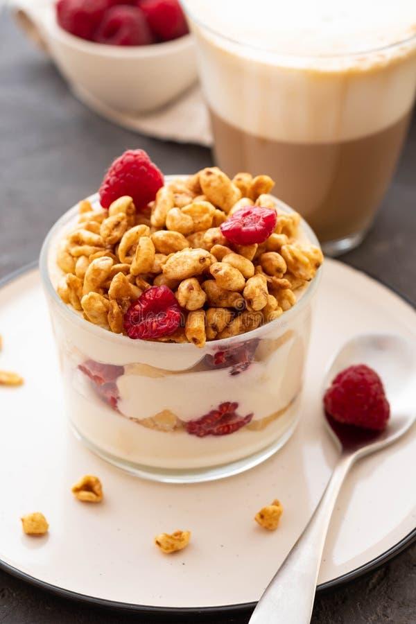 Yaourt frais avec des rasberries et caf? en verre clair Framboises dans la cuvette blanche Petit d?jeuner sain de matin photographie stock libre de droits