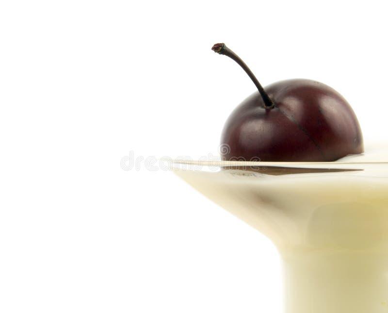 yaourt haut proche de cerise photos stock