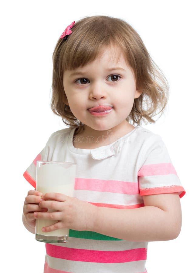 Yaourt potable drôle ou képhir de petite fille photos stock
