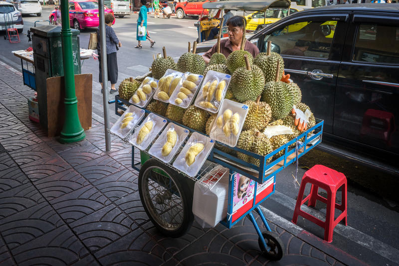 YAOWARAT,曼谷,泰国2016年1月-10, :在唐人街, Yaowarat的未认出的人销售durain是一个街道食物市场在曼谷 免版税库存照片