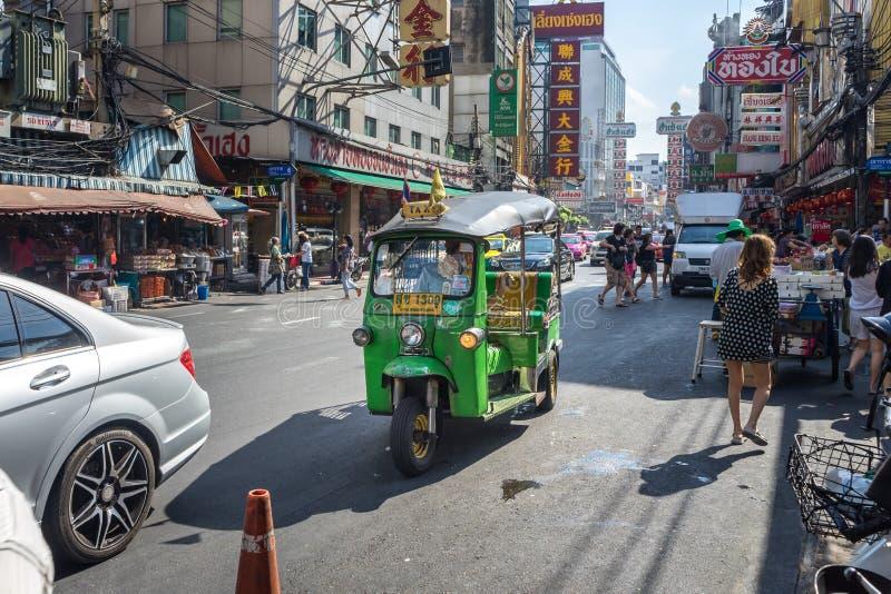 YAOWARAT, BANGKOK, TAILANDIA -10 GENNAIO 2016: Veicolo di Tuk Tuk immagini stock libere da diritti