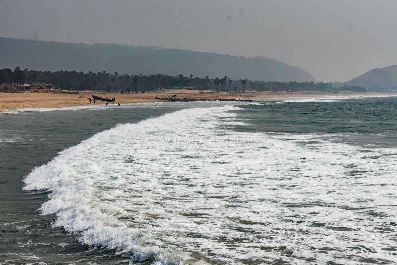 Yaradastrand met de golven die van Indische Oceaan op de de kustrotsen en stenen verpletteren Lange die blootstelling met zijdeac stock foto's