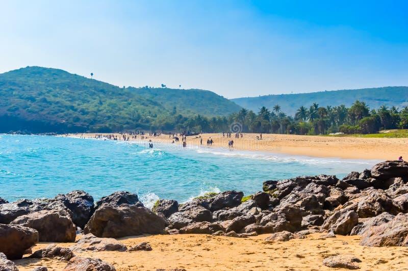 Yaradastrand, Visakhapatnam, India 10 December 2018 - Mensen die en in Yarada-Strand ontspannen genieten van Het Kustgebied is om royalty-vrije stock fotografie