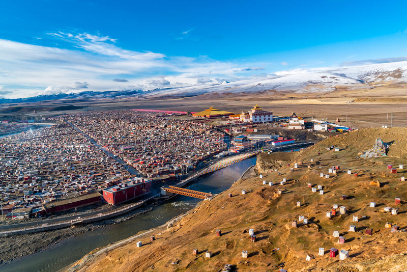 Yarchen Gar, den jätte- tibetana kloster av Kham royaltyfria foton