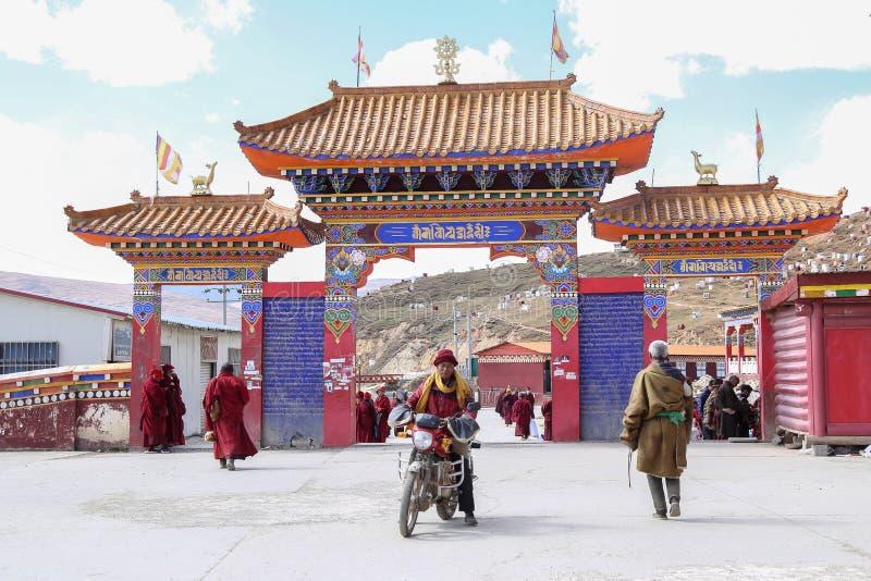 YARCHEN-GAR, STÖRSTA BUDDISTISKA SKOLAN FÖR WORLDÂ DEN I ANDRA HAND I SICHUAN, KINA arkivbild