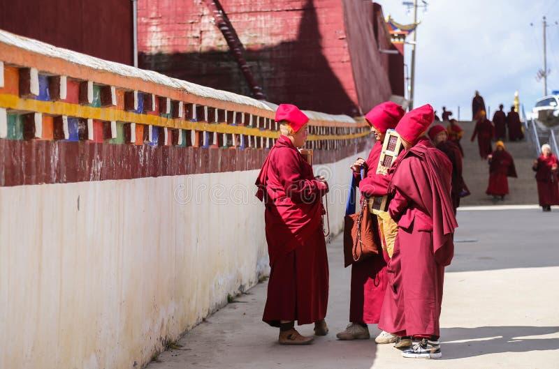 YARCHEN-GAR, STÖRSTA BUDDISTISKA SKOLAN FÖR WORLDÂ DEN I ANDRA HAND I SICHUAN, KINA royaltyfria bilder
