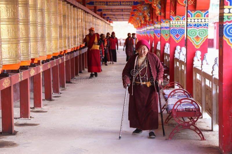 YARCHEN-GAR, STÖRSTA BUDDISTISKA SKOLAN FÖR WORLDÂ DEN I ANDRA HAND I SICHUAN, KINA royaltyfri foto