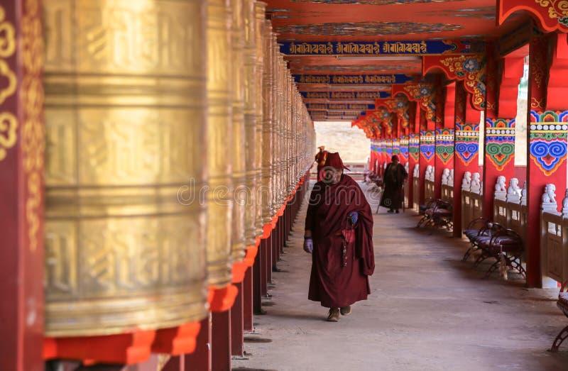 YARCHEN-GAR, STÖRSTA BUDDISTISKA SKOLAN FÖR WORLDÂ DEN I ANDRA HAND I SICHUAN, KINA fotografering för bildbyråer
