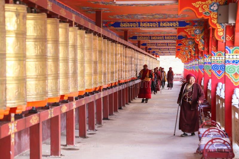 YARCHEN-GAR, STÖRSTA BUDDISTISKA SKOLAN FÖR WORLDÂ DEN I ANDRA HAND I SICHUAN, KINA arkivfoto