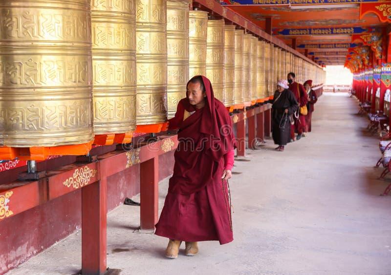 YARCHEN-GAR, STÖRSTA BUDDISTISKA SKOLAN FÖR WORLDÂ DEN I ANDRA HAND I SICHUAN, KINA royaltyfria foton
