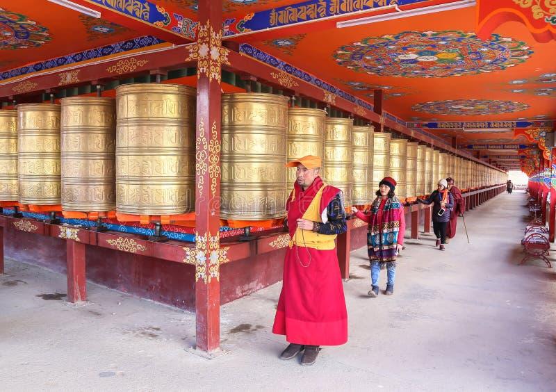 YARCHEN-GAR, STÖRSTA BUDDISTISKA SKOLAN FÖR WORLDÂ DEN I ANDRA HAND I SICHUAN, KINA royaltyfri fotografi