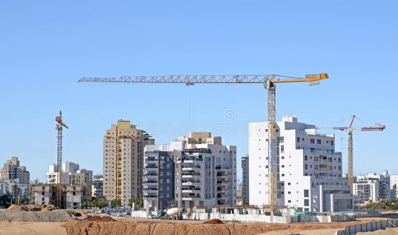 Yard de bâtiment de construction de logement des maisons dans un nouveau secteur de la ville Holon en Israël photographie stock libre de droits