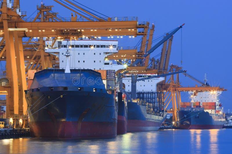 Yard de bateau avec la grue lourde image libre de droits