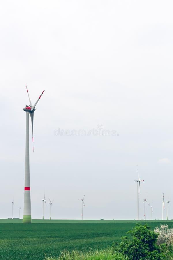 Yard de groupe électrogène de moulin à vent sous le ciel bleu image stock