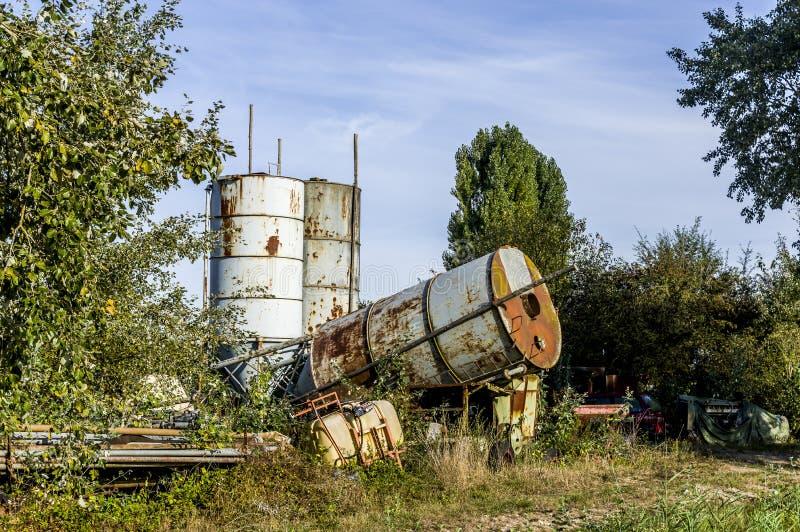Yard de stockage et ferrailler rassembler le secteur pour le vieil equi agricole images stock