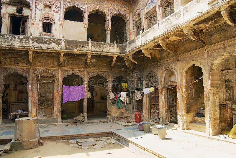Yard intérieur d'un haveli historique dans Mandawa, Inde photo stock