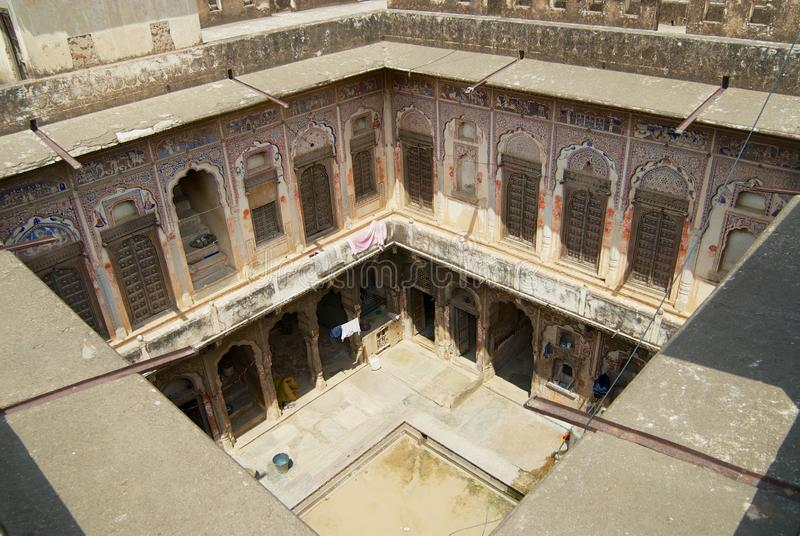 Yard intérieur d'un haveli historique dans Mandawa, Inde image stock