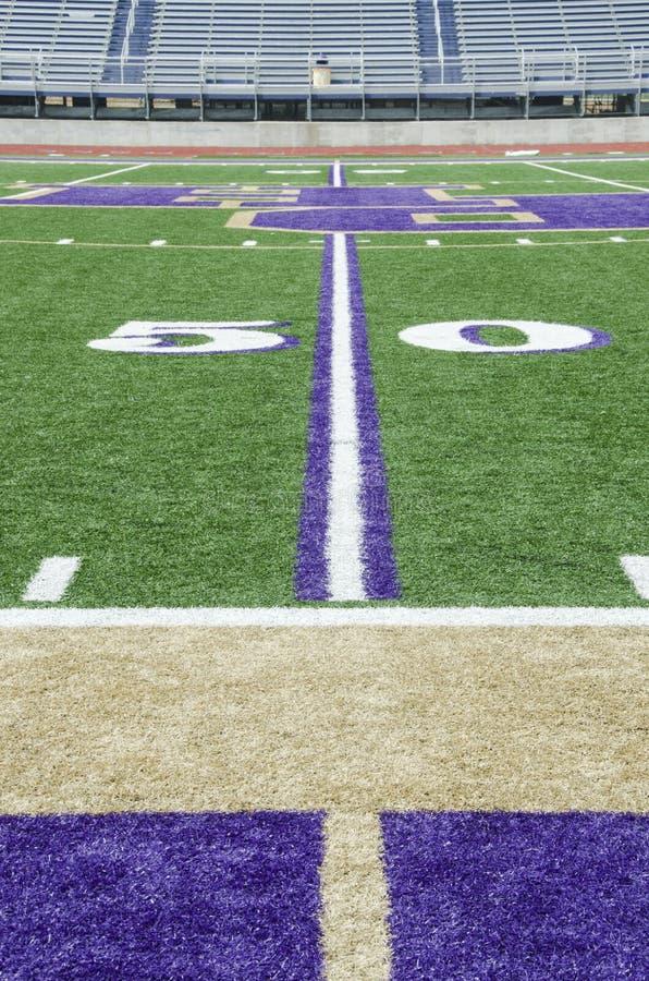 50 yard lijn op een voetbalgebied stock foto's