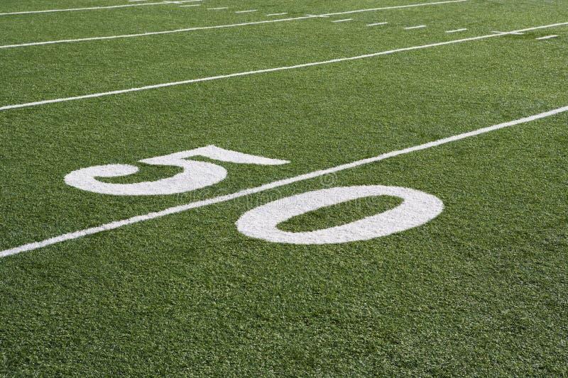 Yard-Line 50 auf amerikanischem Fußballplatz lizenzfreie stockfotos