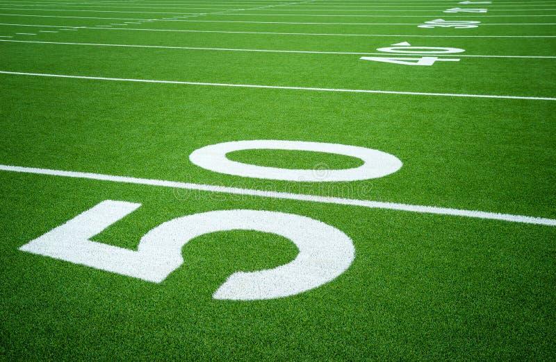 Yard-Line 50 auf leerem amerikanischem Fußballplatz stockfoto
