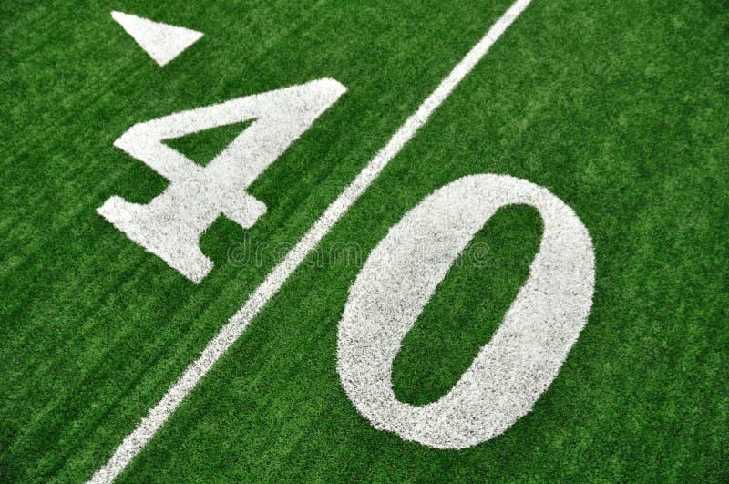 Yard-Line vierzig auf amerikanischem Fußballplatz stockfotos