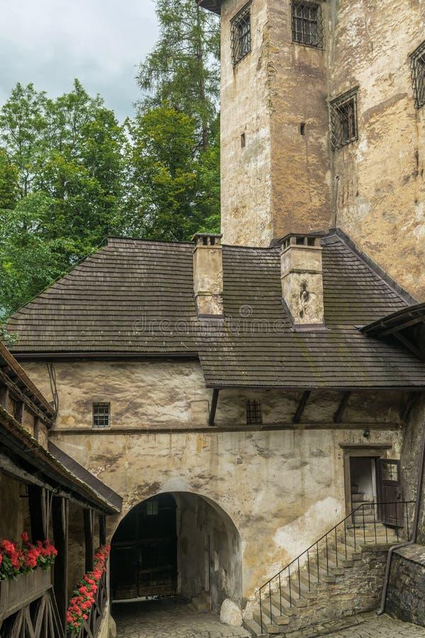 Yard zu Orava-Schloss stockbilder