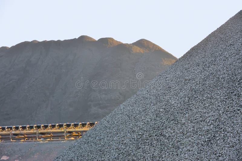 Yarda de carbón en los montones para el uso industrial imágenes de archivo libres de regalías