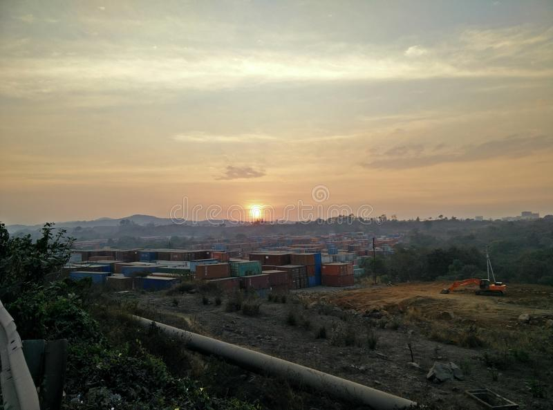 Yarda de la construcción en la puesta del sol fotografía de archivo
