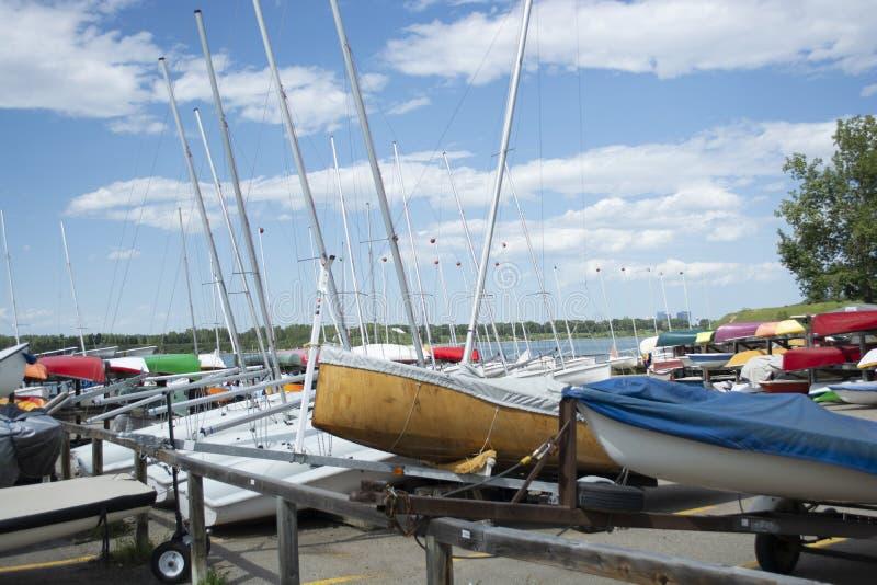 Yarda del barco con los pequeños barcos de navegación y kajaks fotos de archivo libres de regalías