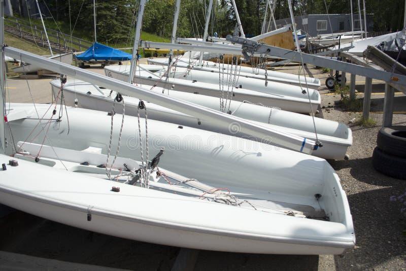 Yarda del barco con los pequeños barcos de navegación y kajaks imagen de archivo libre de regalías
